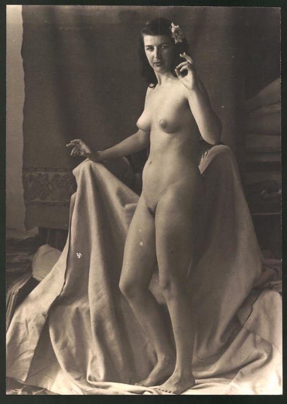 Fotografie Ludwig Geier, Aktmodel, Frauenakt posiert vor abgedecktem Sessel im Atelier