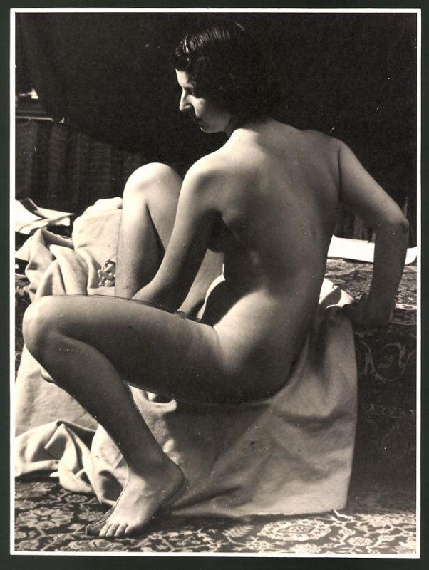 Fotografie Ludwig Geier, Aktmodel, Frauenakt neben Bett hockend