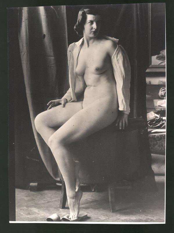 Fotografie Ludwig Geier, Frauenakt, Aktmodel auf Stuhl posierend