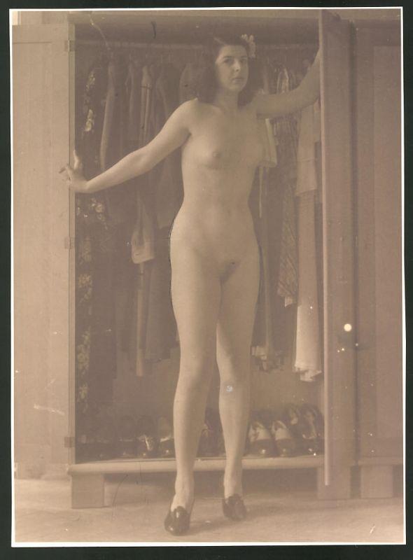 Fotografie Ludwig Geier, Frauenakt, Aktmodel posiert vor einem Kleiderschrank
