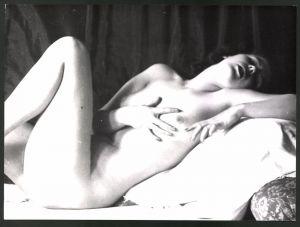 Fotografie Ludwig Geier, Aktmodel, Frauenakt auf einem Bett liegend