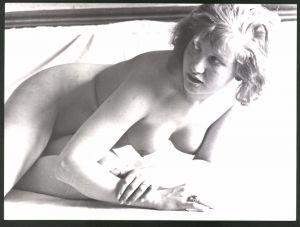 Fotografie Ludwig Geier, Aktmodel, hübscher junger Frauenakt posiert auf einem Bett