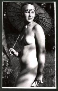 Fotografie Ludwig Geier, Frauenakt, Aktmodel mit Schirm posierend