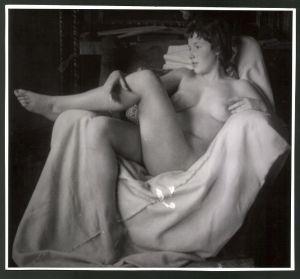 Fotografie Ludwig Geier, Aktmodel, junger Fruauenakt auf Sessel posierend