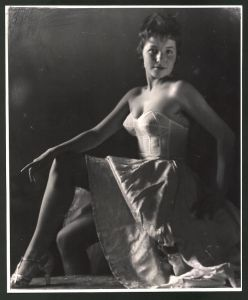 Fotografie Ludwig Geier, Fotomodel, hübsche junge Frau im Unterrock posierend