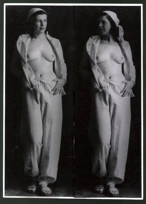Fotografie Ludwig Geier, Fotomodel, barbusige Hausfrau im Schlafanzug posierend