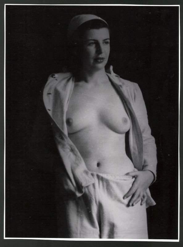 Fotografie Ludwig Geier, barbusiges Fotomodel posiert im Schlafanzug