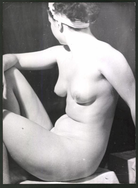 Fotografie Ludwig Geier, Aktmodel, Frauenakt in sitzender Pose im Atelier