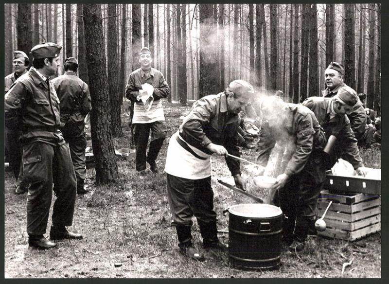Fotografie DDR-Kampftruppe der Arbeiterklasse, Küchenbulle gibt Essen in Waldstellung aus