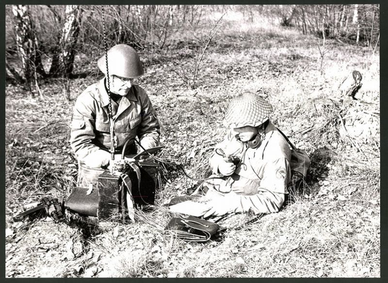 Fotografie DDR-Kampftruppe der Arbeiterklasse, Funker mit Funkegerät erstatten Bericht