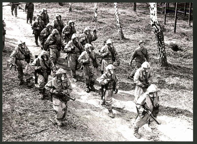 Fotografie DDR-Kampftruppe der Arbeiterklasse, Soldaten-Trupp mit ABC-Vollschutz, Gewehr & Ausrüstung
