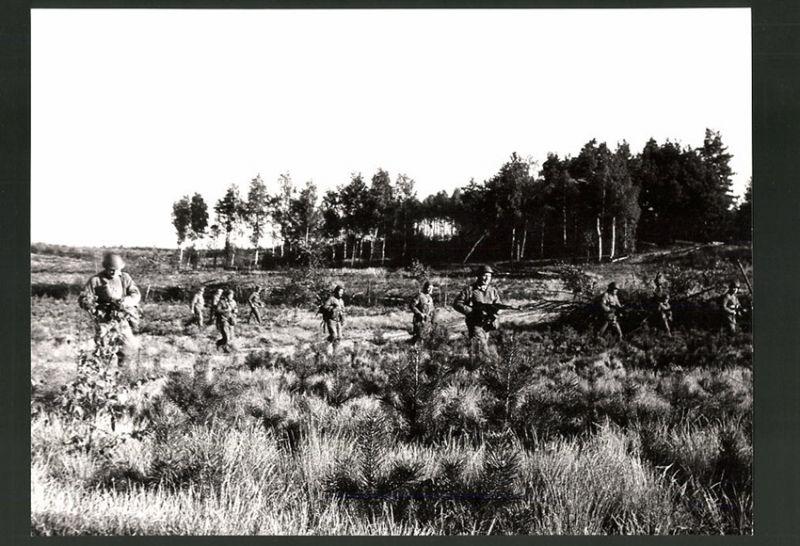 Fotografie DDR-Kampftruppe der Arbeiterklasse, Infanterie-Einsatz, Soldaten durchkämmen Gelände