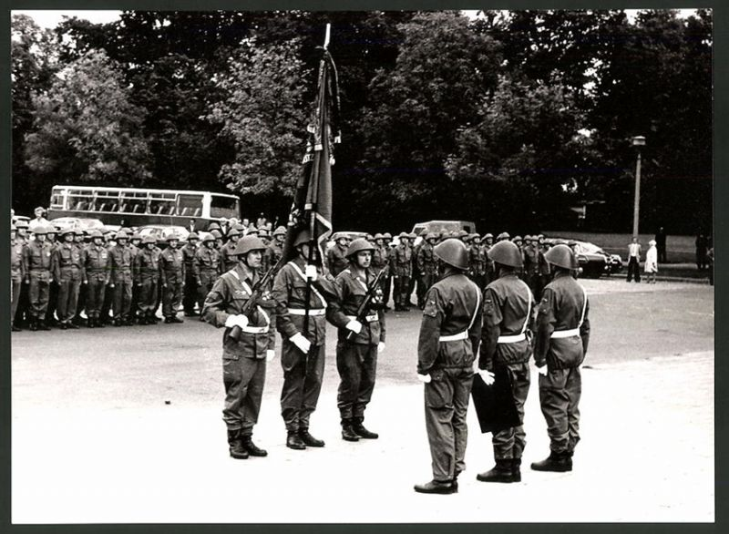 Fotografie DDR-Kampftruppe der Arbeiterklasse, Soldaten & Fahnenträger bkeim Fahnenappell