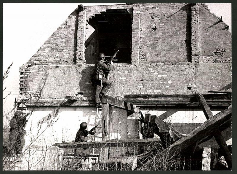 Fotografie DDR-Kampftruppe der Arbeiterklasse, Soldaten mit Sturmgewehr AK-47 beim Häuserkampf