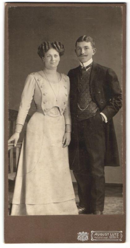 Fotografie August Lutz, Gera, elegantes Paar modisch gekleidet, Dame mit Halskette und Ohrringen