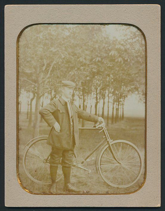 Fotografie Fotograf unbekannt, Frankfurt / Main, Mann mit Fahrrad vor einem Obstbaumhain