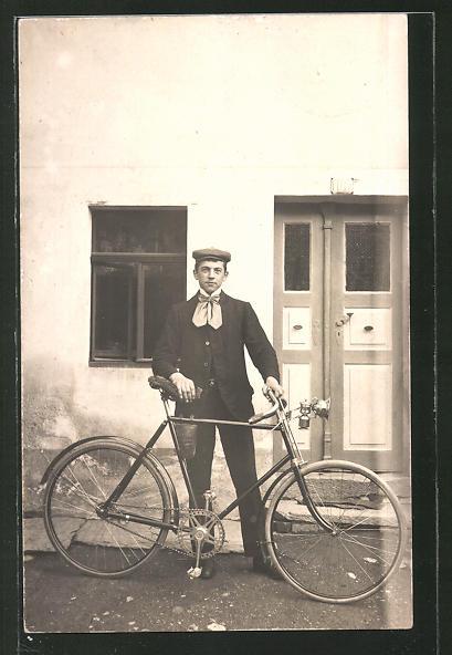 AK Junger Mann steht mit seinem Fahrrad vor seinem Haus