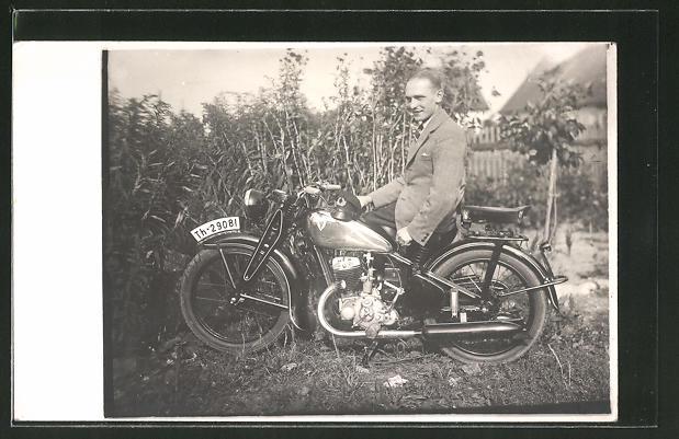 Foto-AK Motorrad DKW, stolzer Motorradfahrer sitzt auf seinem Motorrad