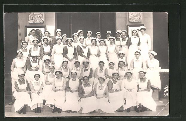 Foto-AK Krankenpflegerinnen in Arbeitskleidung