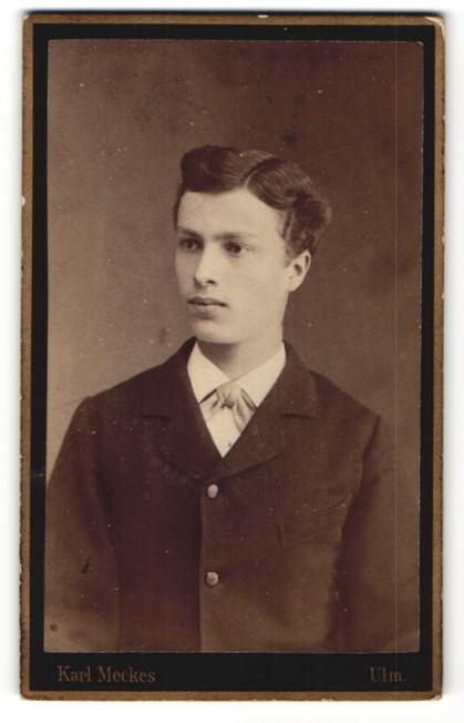 Fotografie Karl Meckes, Ulm, Portrait junger Mann mit zeitgenössischer Frisur