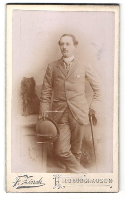 Fotografie F. Zinck, Hildburghausen, Portrait eleganter Herr mit Hund, Gigerl, Dandy