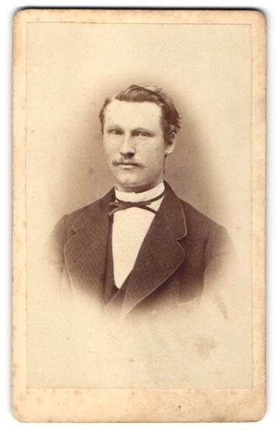 Fotografie Ch. Brandes, Hildesheim, Portrait bürgerlicher Herr mit Oberlippenbart