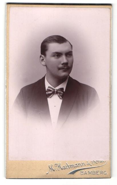 Fotografie M. Hartmann & Sohn, Bamberg, Portrait junger Mann mit Oberlippenbart