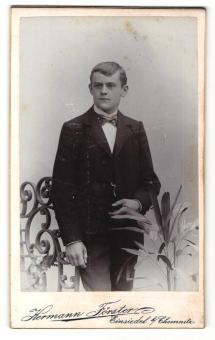 Fotografie Hermann Förster, Einsiedel b/ Chemnitz, Portrait Knabe in Anzug