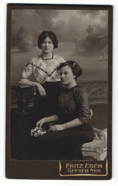 Fotografie Fritz Egém, Speyer a/Rh, Portrait zwei bürgerliche junge Damen