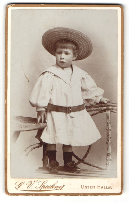 Fotografie G. V. Speckner, Unter-Hallau, Portrait Kleinkind mit Strohhut