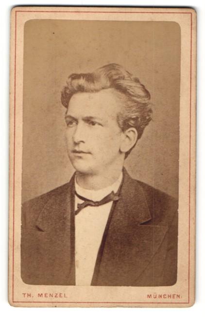 Fotografie Th. Menzel, München, Portrait junger Mann mit zeitgenössischer Frisur