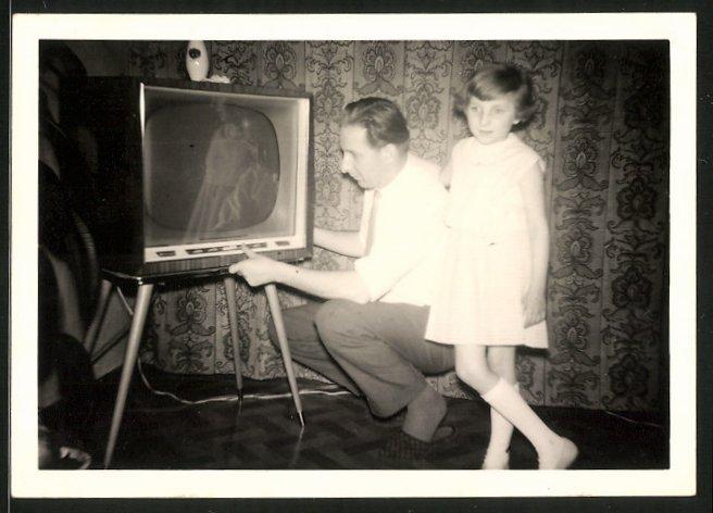 Fotografie Vater stellt ein Fernsehgerät, TV-Gerät auf