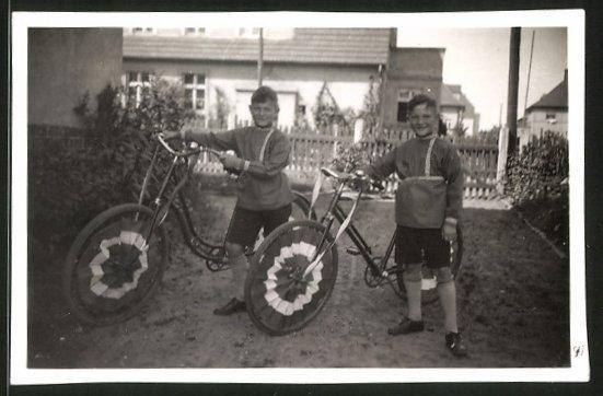 Fotografie Knaben mit Fahrrad & Rad-Verzierung