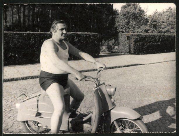 Fotografie Motorrad Simson KR50, Mann in Unterhemd & Unterhose auf LKrad sitzend