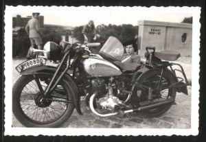 Fotografie Motorrad DKW, elegante Dame mit Hut im Seitenwagen sitzend, Krad-Kennz.: IA-180800