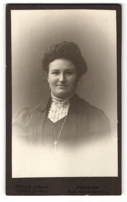 Fotografie Atelier Apollo, München, Portrait Dame mit Hochsteckfrisur