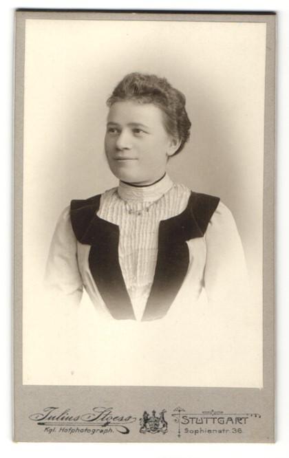 Fotografie Julius Stoess, Stuttgart, Portrait junge Frau in zeitgenössischer Mode