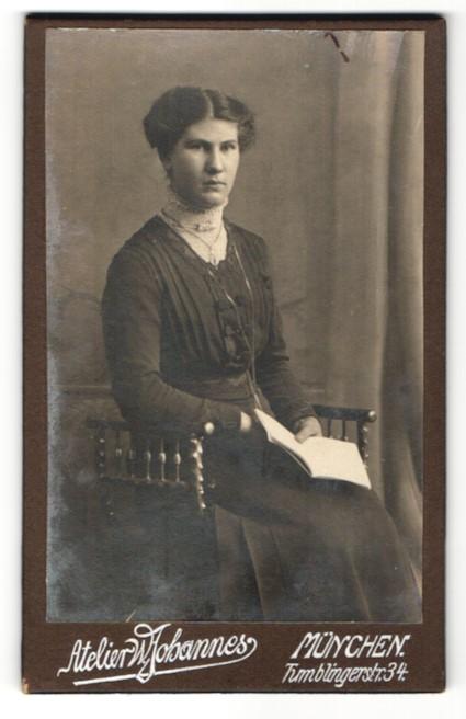 Fotografie Atelier W. Johannes, München, Portrait Dame mit Hochsteckfrisur