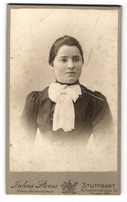 Fotografie Julius Stoess, Stuttgart, Portrait junge Dame mit dunklem Haar