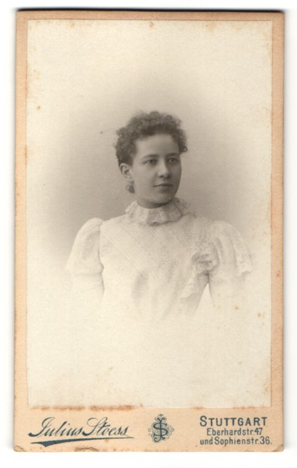 Fotografie Julius Stoess, Stuttgart, Portrait Dame mit zurückgebundenem Haar