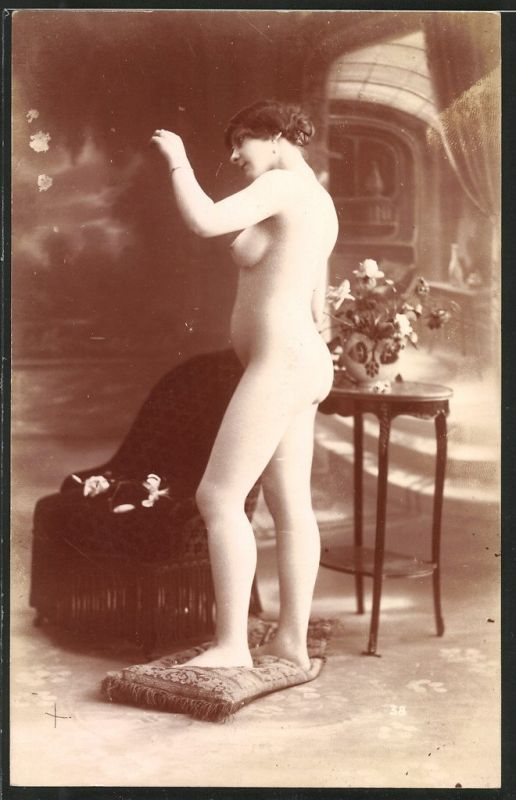 Fotografie Akt-Model, hübscher junger Frauenakt posiert in einem Atelier