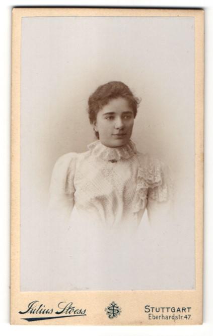 Fotografie Julius Stoess, Stuttgart, Portrait junge Frau mit zurückgebundenem Haar