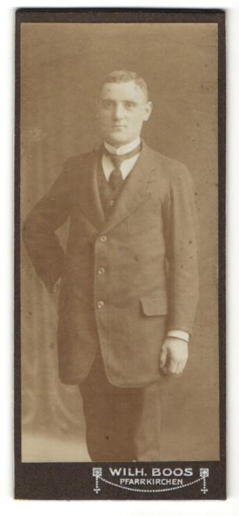 Fotografie Wilh. Boos, Pfarrkirchen, Portrait junger Mann in Anzug