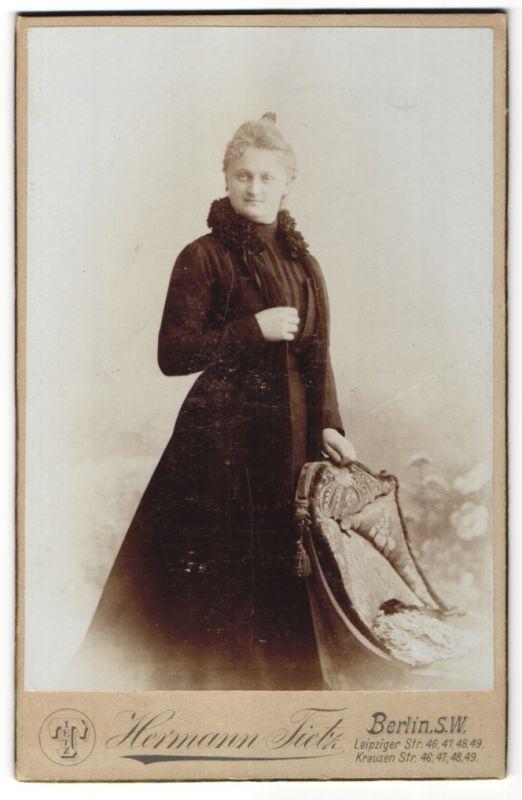 Fotografie Hermann Tietz, Berlin-SW, Portrait bürgerliche Dame mit Hochsteckfrisur