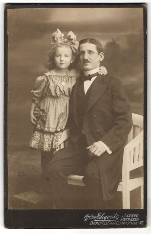 Fotografie Alfred Petersen, Berlin-O, Portrait stolzer Vater und Tochter mit Haarschleife
