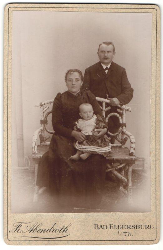 Fotografie Fr. Abendroth, Bad Elgersburg i/Th, Portrait Paar mit Kleinkind