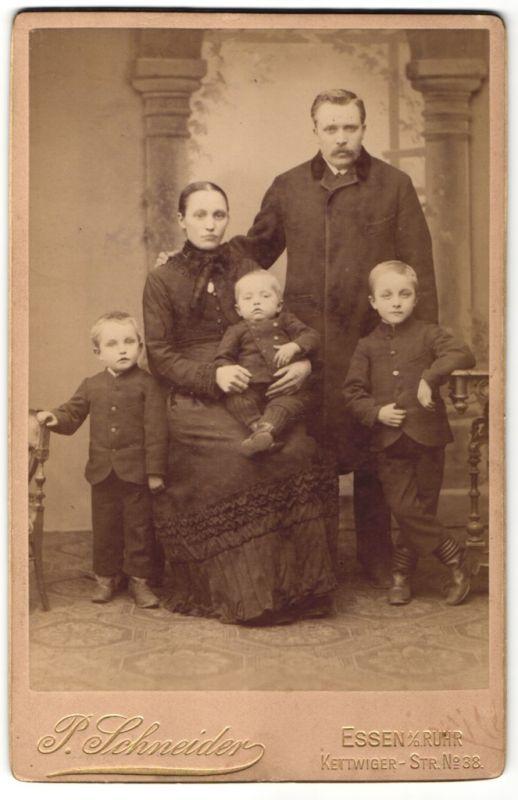 Fotografie P. Schneider, Essen a/d Ruhr, Portrait Paar mit drei kleinen Söhnen