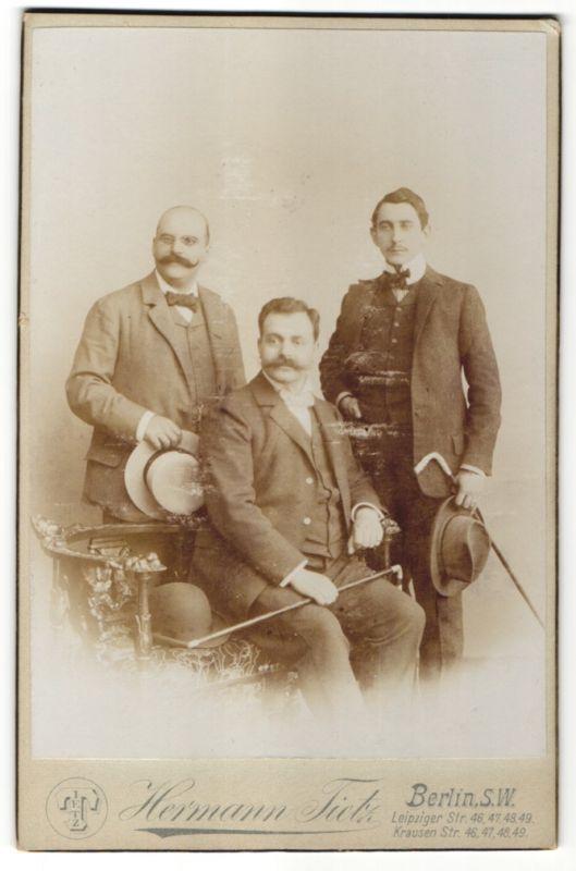 Fotografie Hermann Tietz, Berlin-SW, Portrait drei Herren in Anzügen 0