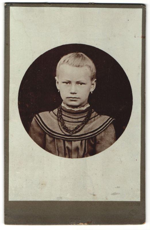 Fotografie unbekannter Fotograf und Ort, Portrait blondes Mädchen mit zurückgebundenem Haar 0