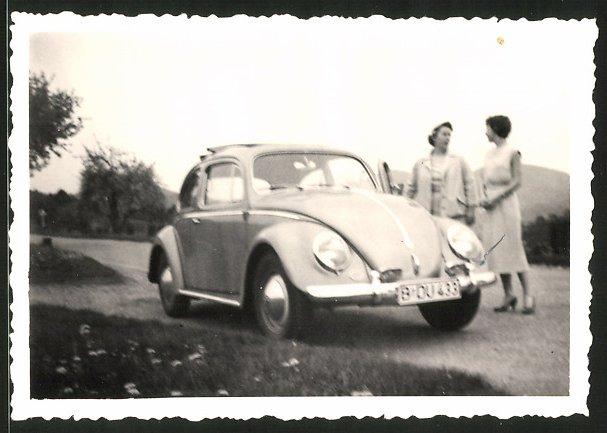 Fotografie Auto VW Käfer, Damen neben Volkswagen PKW mit Faltdach